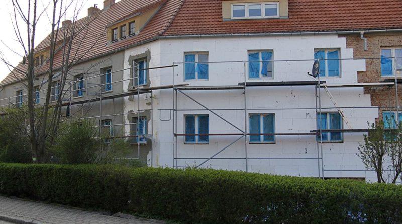 Zniszczyli ozdoby na elewacji budynku