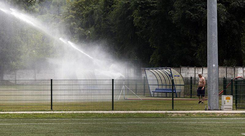 Leją wodę z hydrantu bez licznika, kto za to zapłaci?
