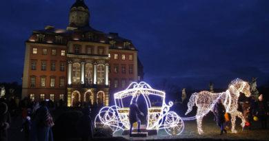 Świąteczne lampki na dziedzińcu zamku Książ