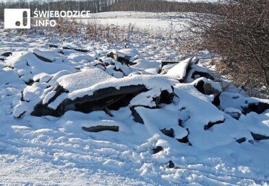 Zapomniane śmieci przysypał śnieg, pewnie poleżą do wiosny…